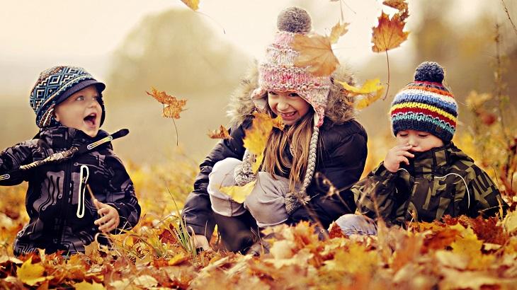 дети играют осенью