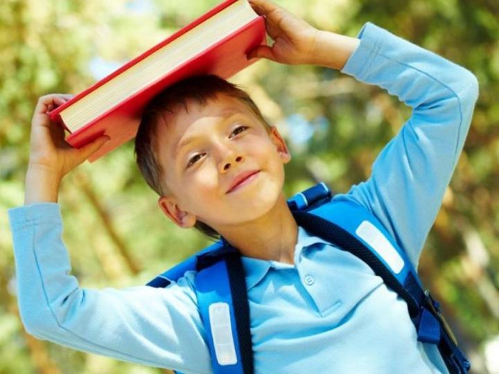 ребенок с книжкой и рюкзаком