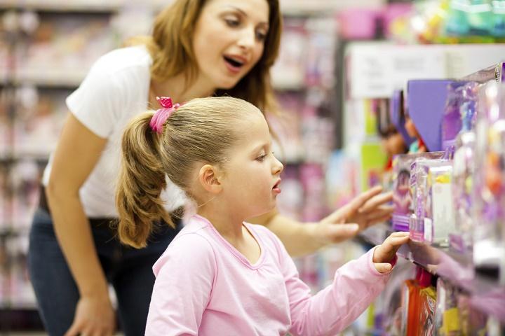 девочка с мамой выбирают игрушки