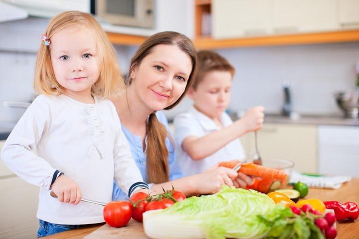 мама готовит с детьми
