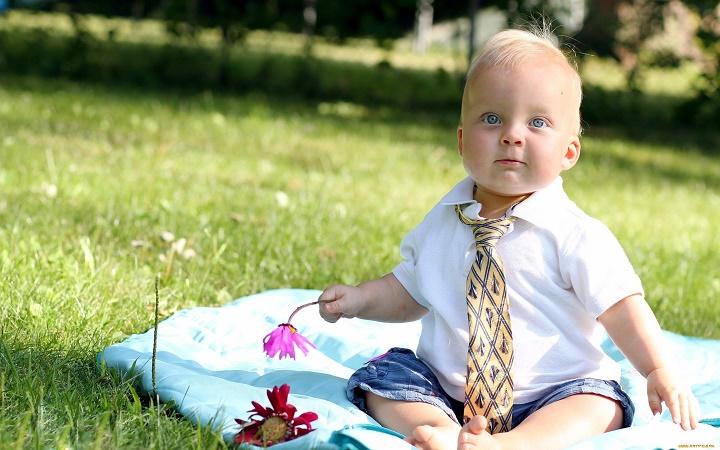 малыш в галстуке
