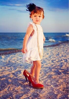 дети в обуви на каблуках