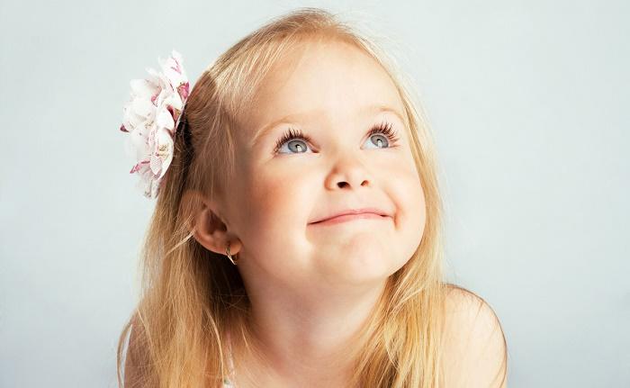 дети с проколотыми ушами