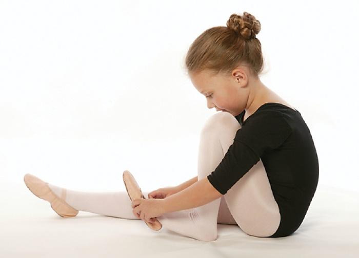 девочка надевает балетки