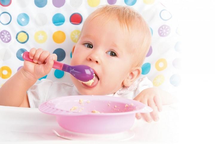 малыш ест