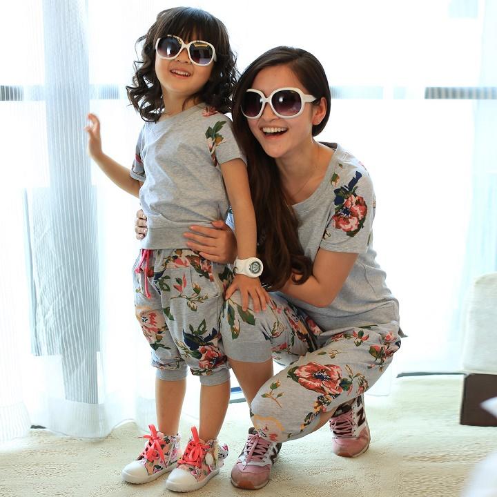 мама и ребенок одеты в одном стиле