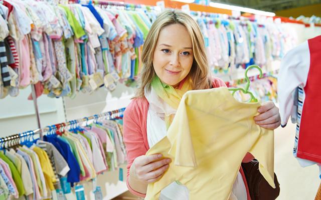 женщина выбирает футболку