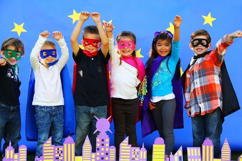 дети в костюмах супергероев