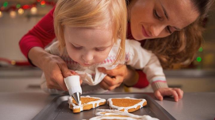 мать и дочь готовят печенье