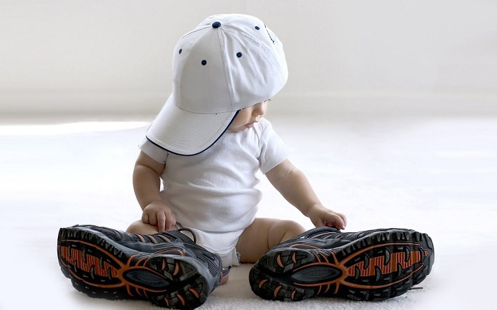 ребенок в папиных кросовках