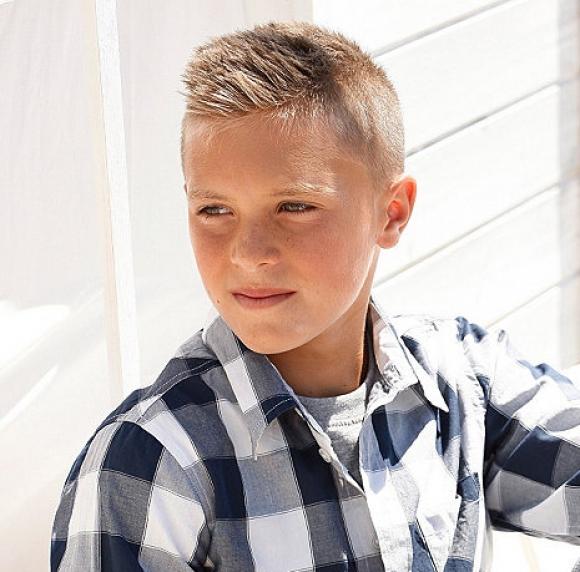 мальчик с модной стрижкой