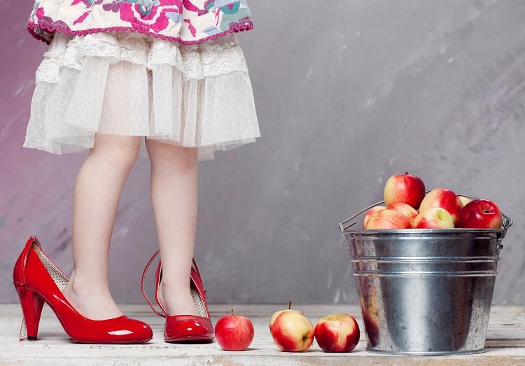 девочка в маминых туфлях