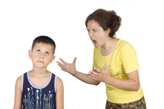 мать кричит на ребенка