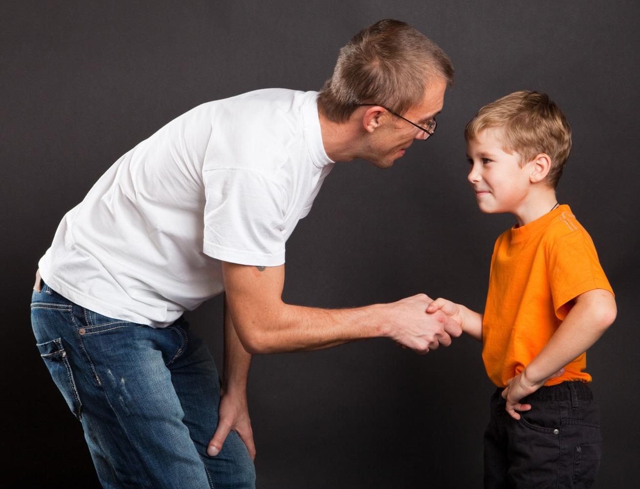 папа жмет руку ребенку