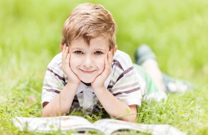 мальчик на траве