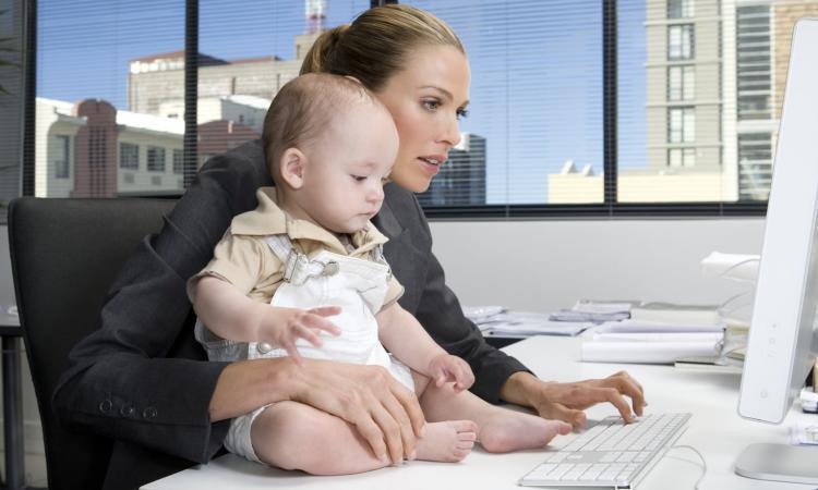 мать и ребенок работающий