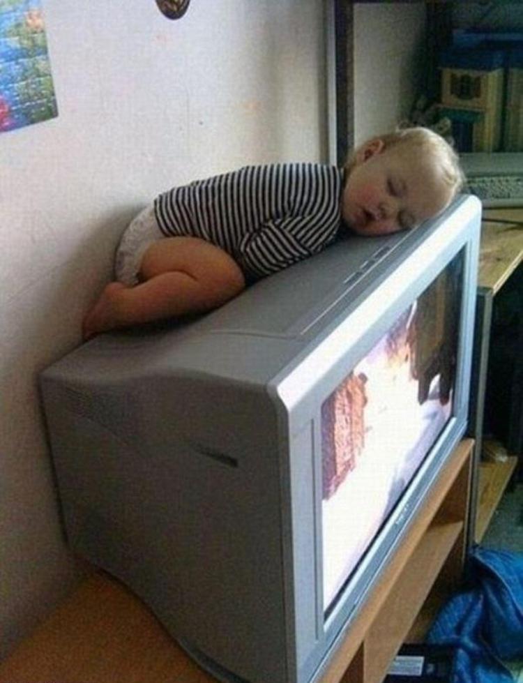 ребенок спит на телевизоре