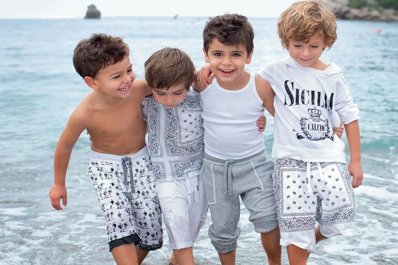 мальчики на море
