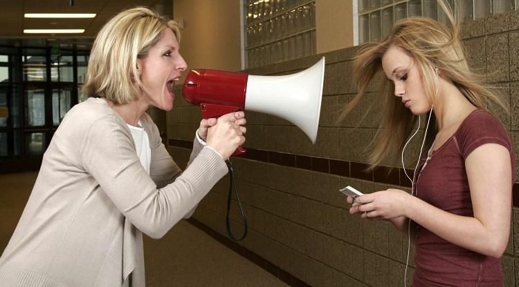 мать кричит на дочь