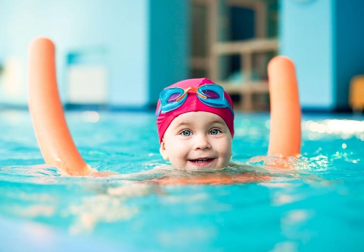 малышка в бассейне