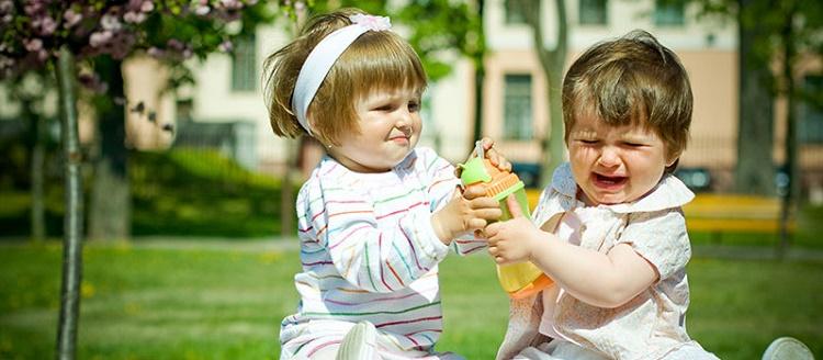 дети дерутся за бутылку