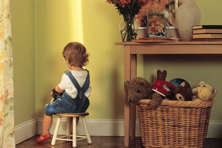 ребенок сидит в своей комнате
