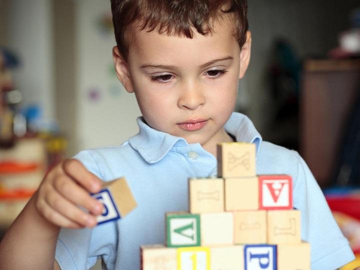 ребенок аутисти