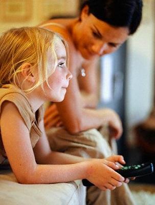 ребенок смотрит мультики