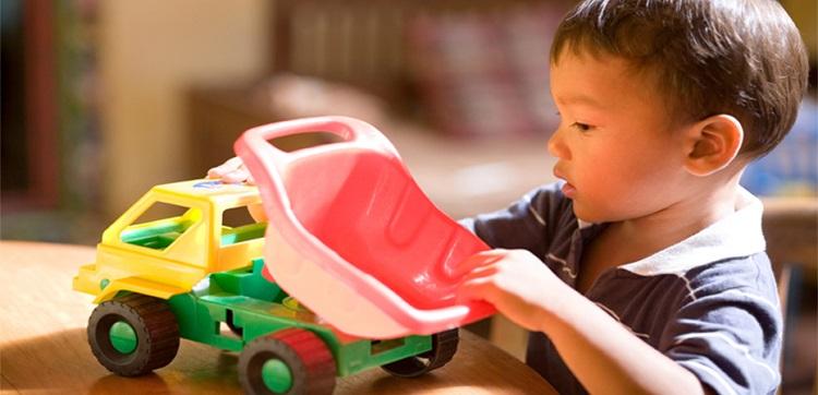 мальчик играет в машинки