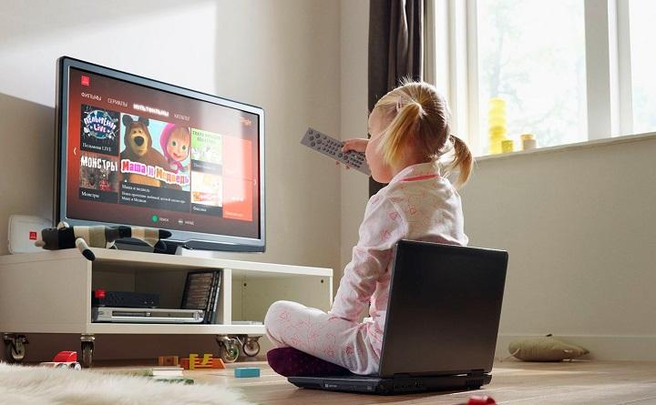 ребенок напротив телевизора