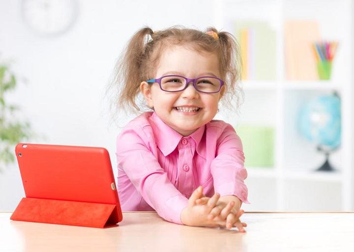 ребенок в очках и с планшетом