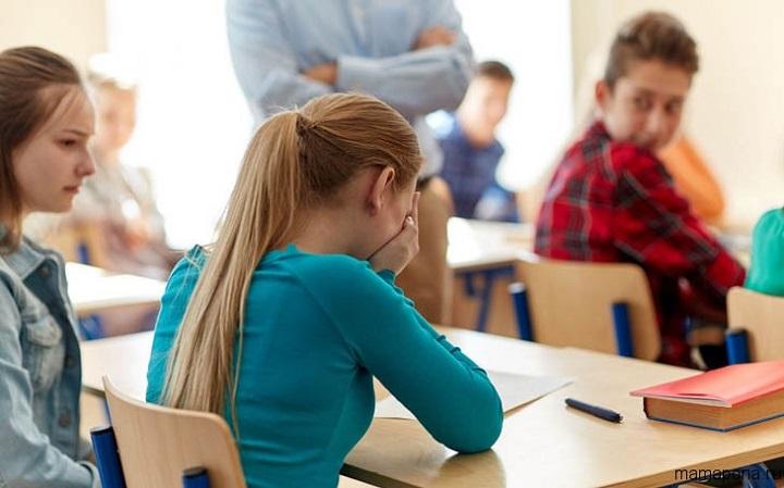 девочка плачет в школе