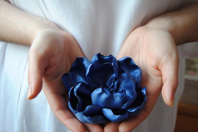 цветок в руках