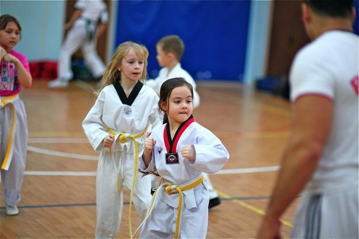девочка занимается карате