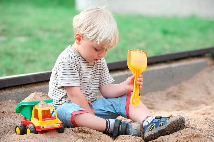 ребенок в песочнице фото