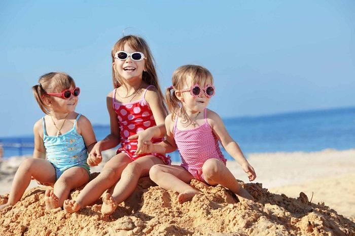 дети в купальниках на пляже фото