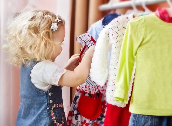 маленький ребенок одевается самостоятельно фото