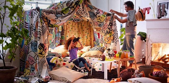 строение лагеря из подушек