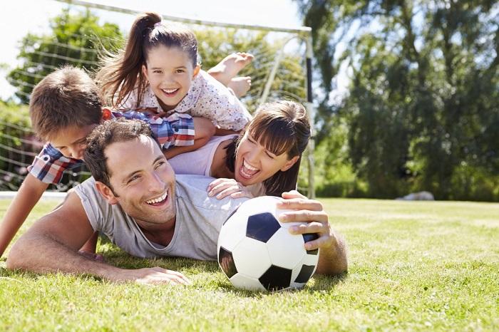 родители с детьми играют в футбол