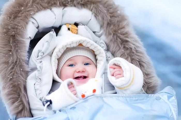 малыш на прогулке зимой