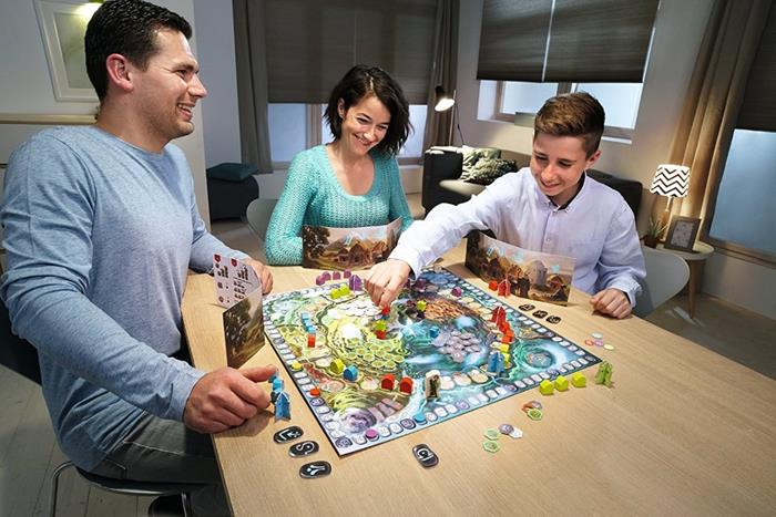 семья играет в настольные игры