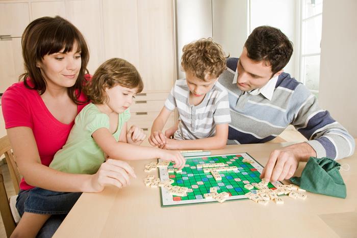 семья играет в Скраббл