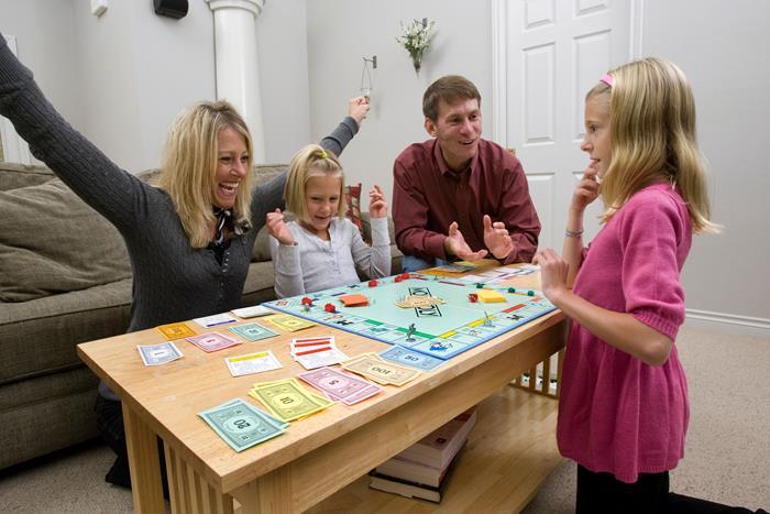семья играет в монополию