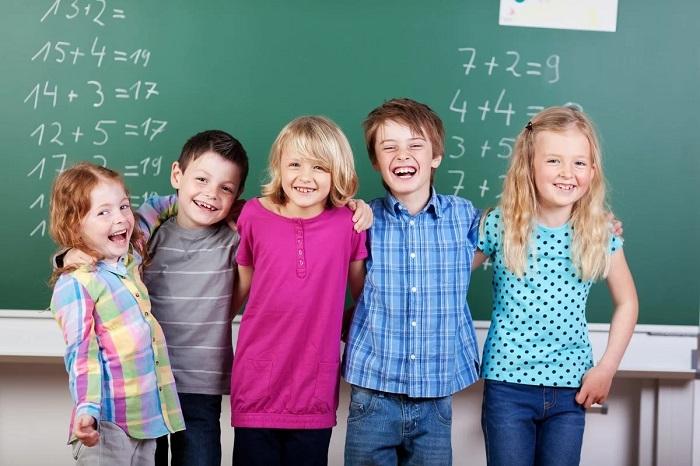 дружные дети напротив доски
